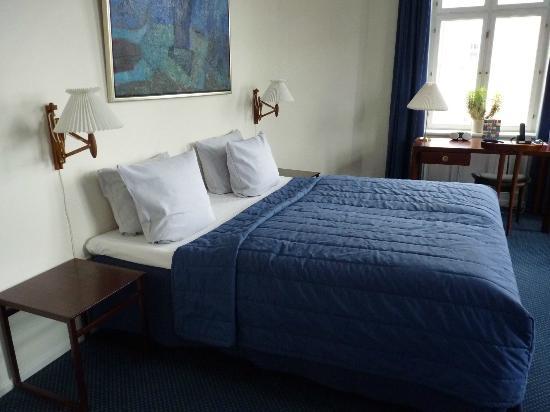070515-hotel-alexandra-ole-wancher-room
